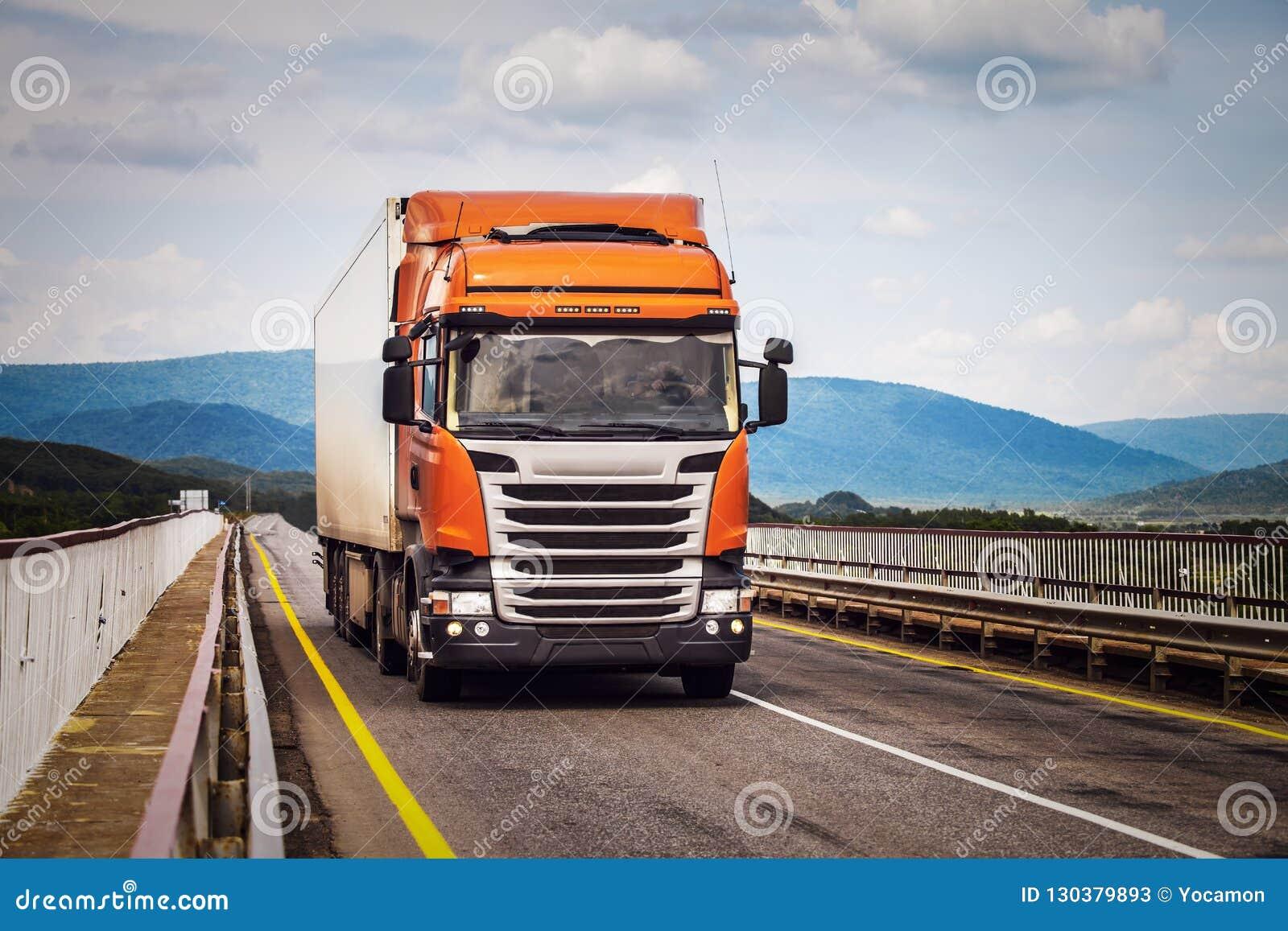 Orange LKW auf einer Straße