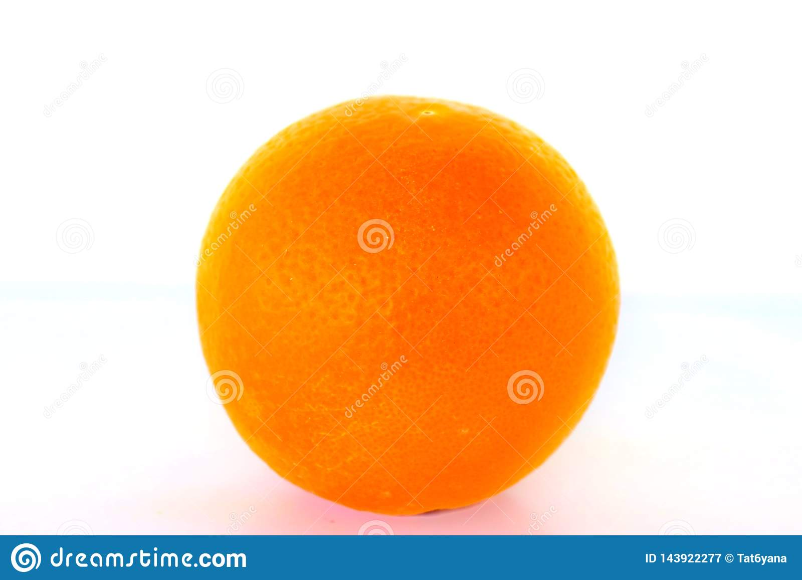 Orange orange lumineuse mûre sur le fond blanc
