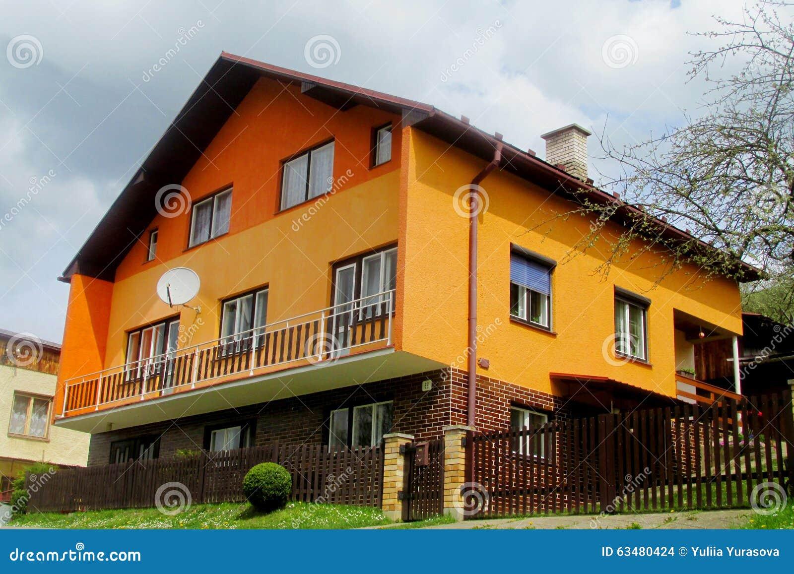 Orange modernes Haus des Dorfs