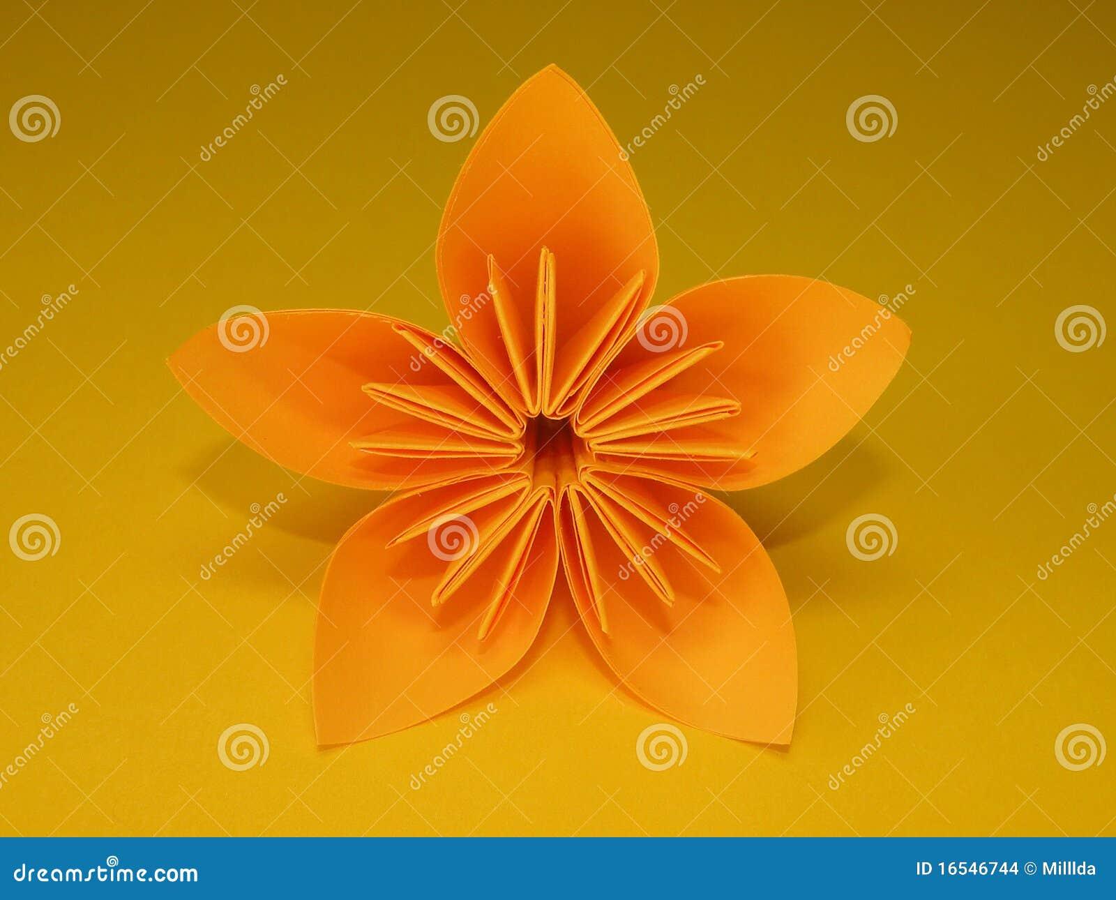 Orange origami blume getrennt auf gelbem hintergrund