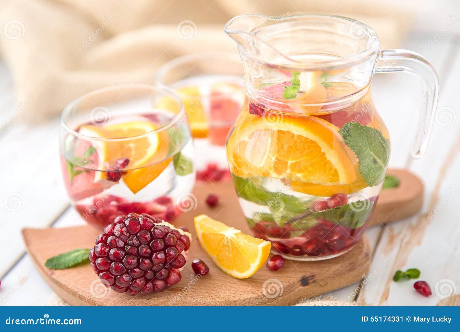 orange pampelmusen granatapfel und minze detox wasser stockbild bild von gesund hungrig 65174331. Black Bedroom Furniture Sets. Home Design Ideas