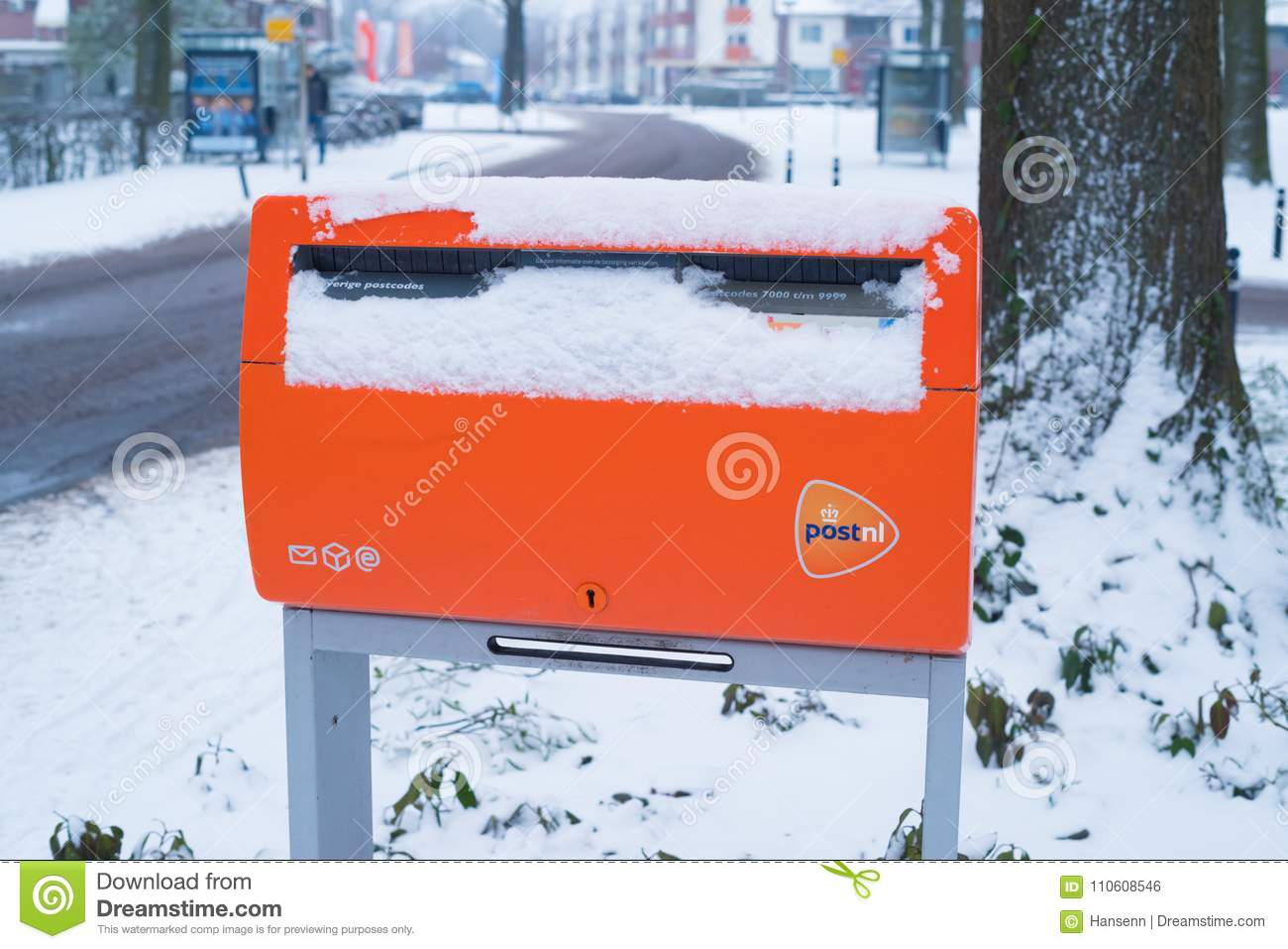 Orange Postbox im Schnee