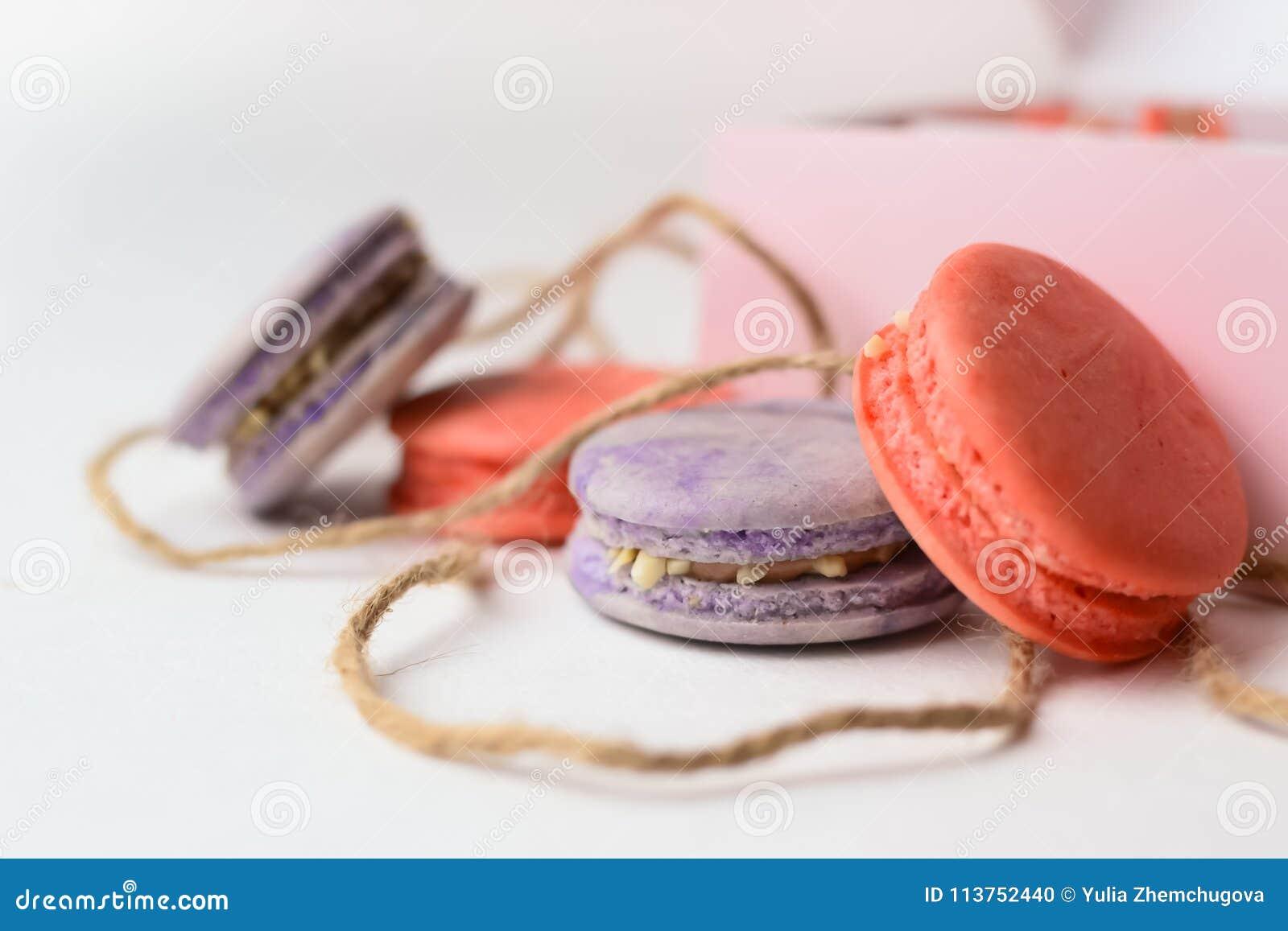 Orange purpurrote Makronen backt nahe bei der Verpackung mit Seilen zusammen