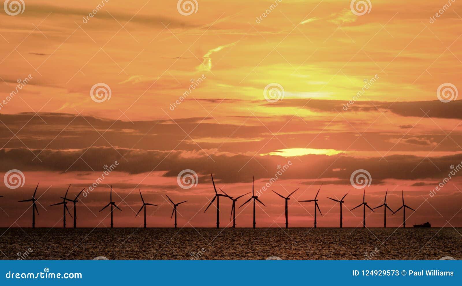 Orange röd solnedgång för frånlands- windfarm