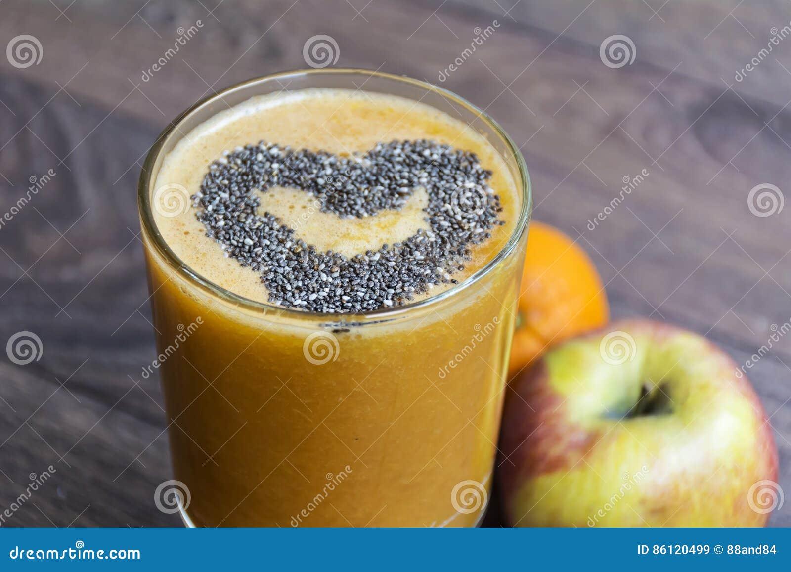 Orange smoothie med äpplekiwin sund livstid för begrepp