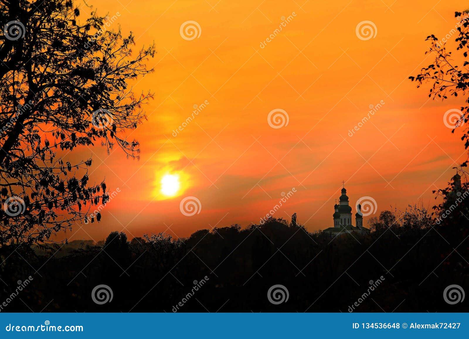 Orange solnedgång med härligt aftonlandskap Skymning med ljus solnedgång