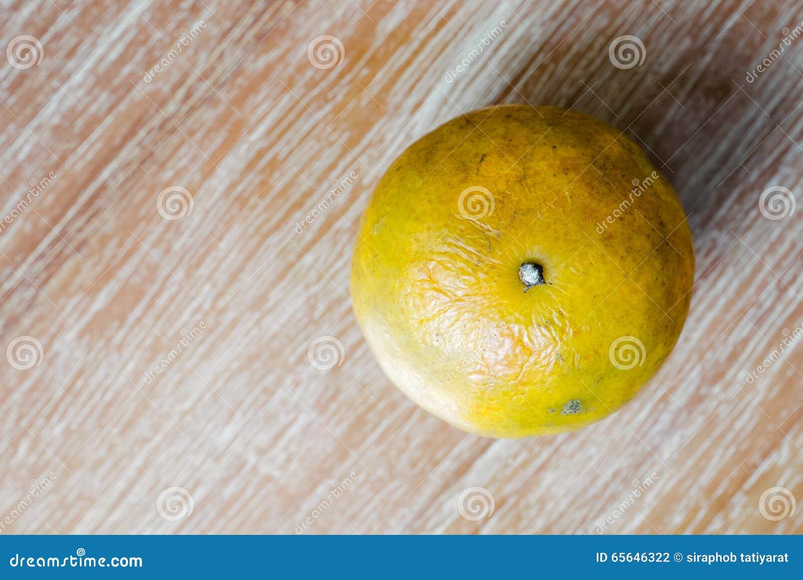 Orange sur la table en bois