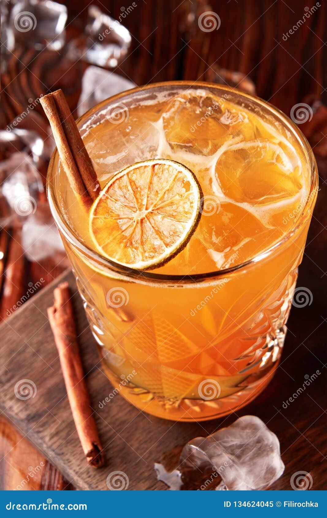 Orangeade avec de la glace et la cannelle