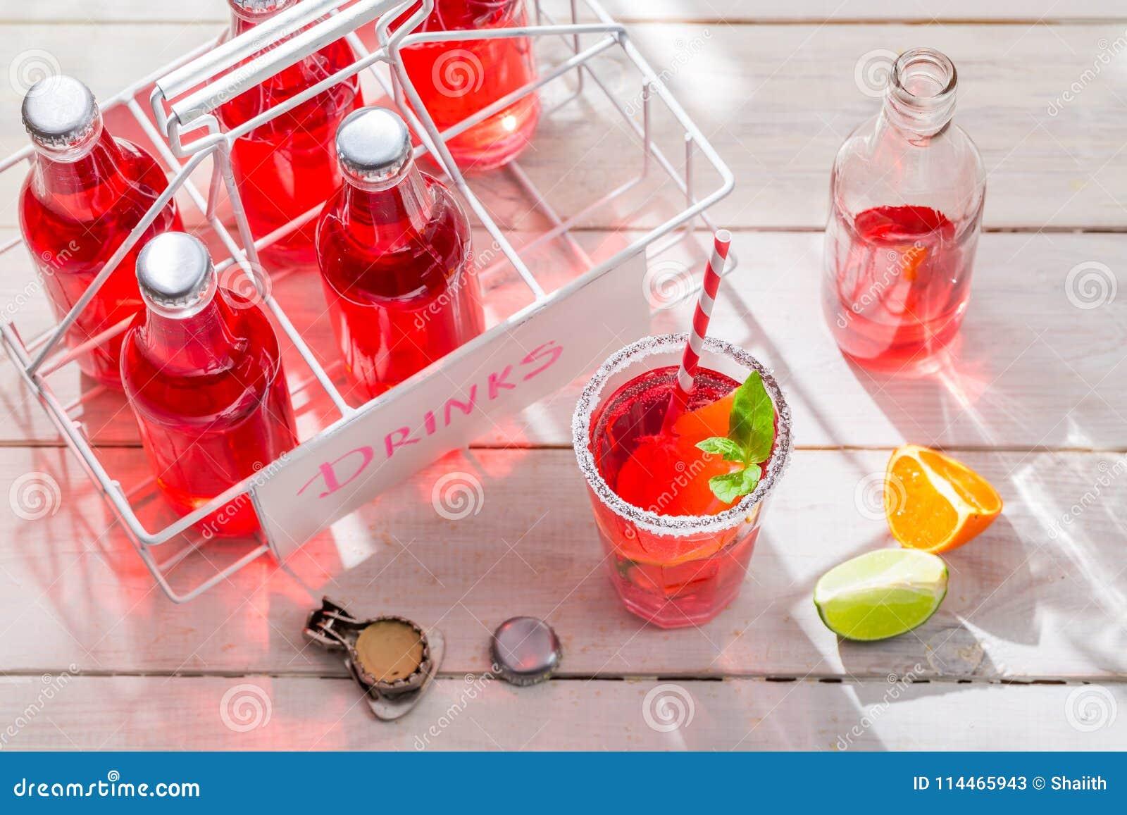 Orangeade dans la bouteille avec des agrumes