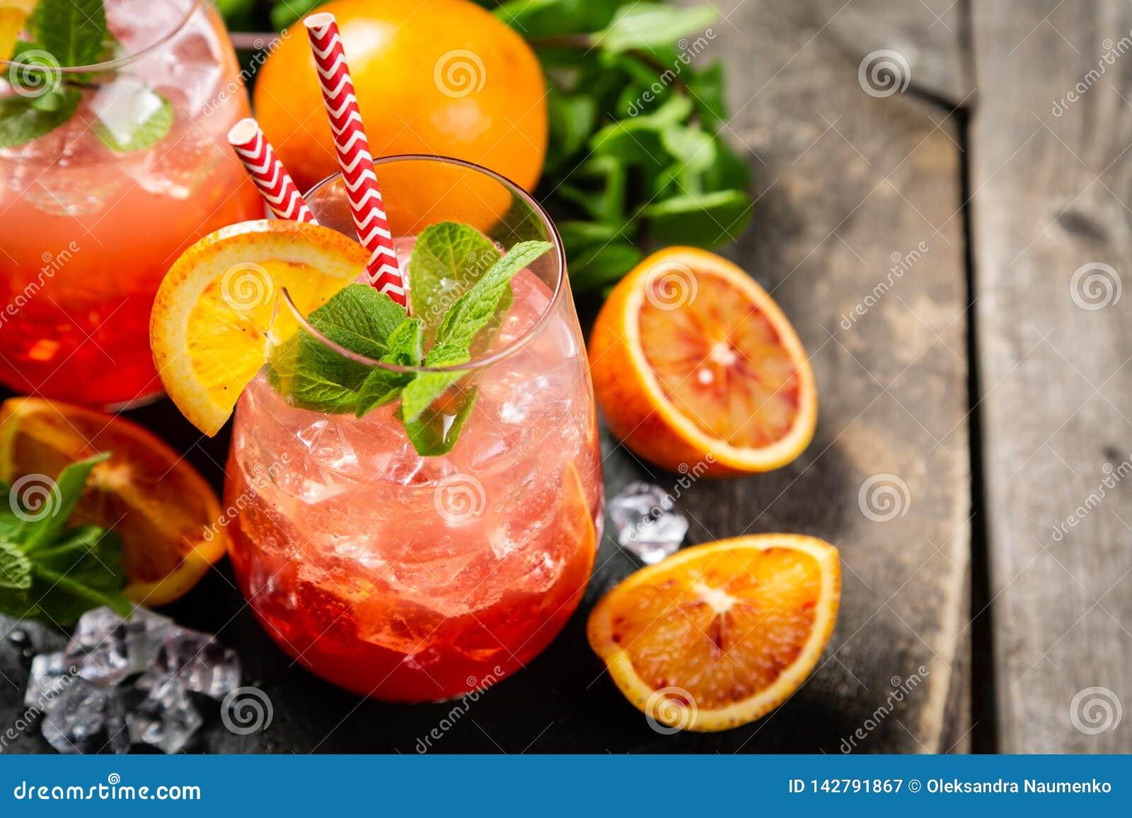 Orangeade ensanglantée et ingrédients