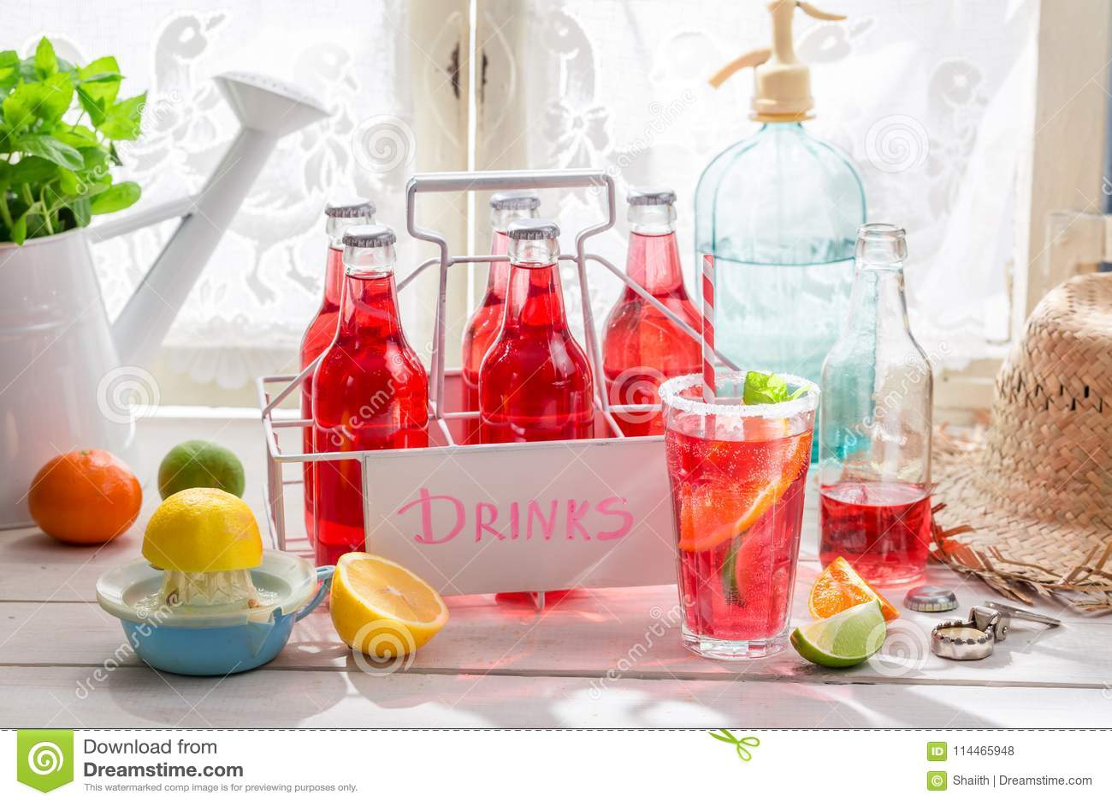 Orangeade rouge dans la bouteille avec des agrumes