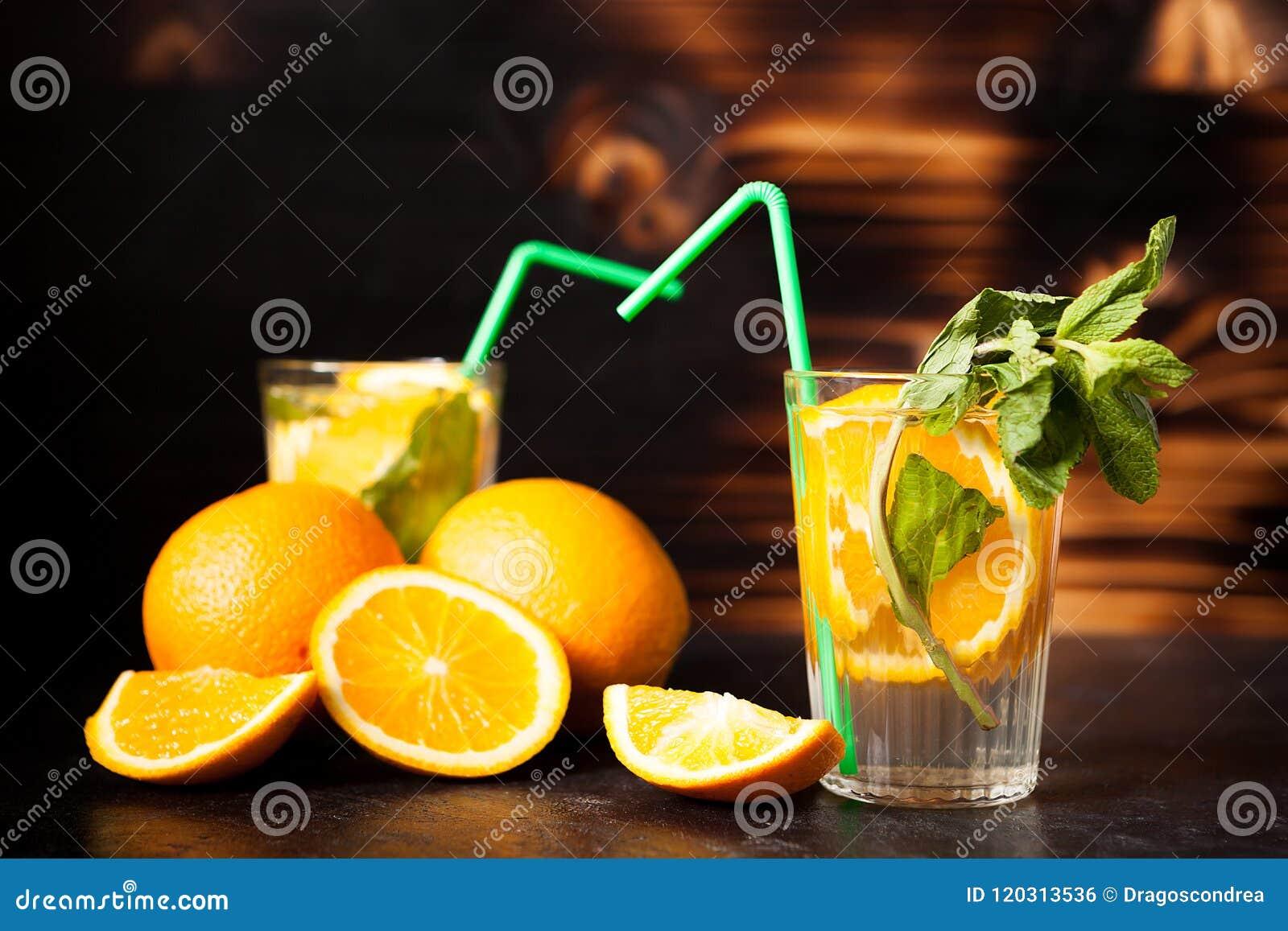Orangeade saine de Delicous sur le fond en bois