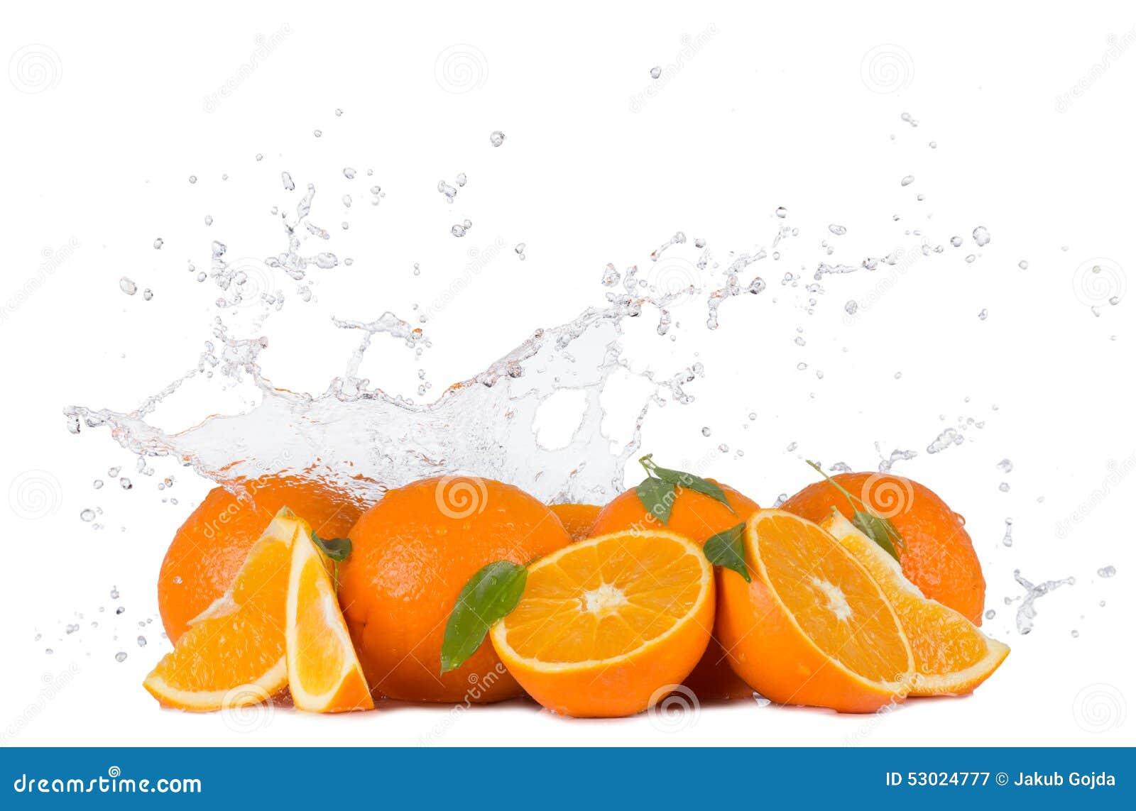 orangen mit wasser spritzt auf wei em hintergrund. Black Bedroom Furniture Sets. Home Design Ideas