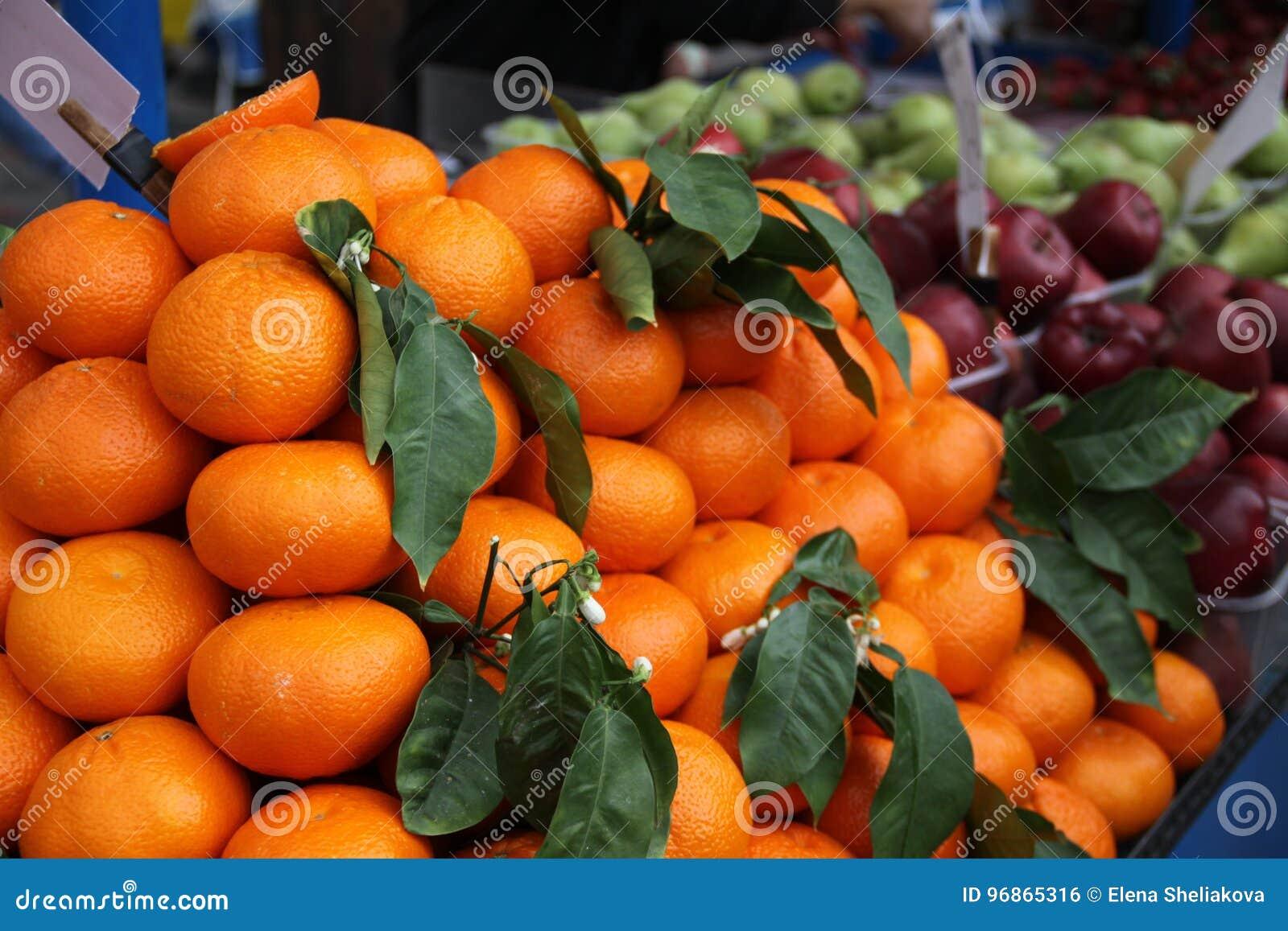 Orangen und Äpfel in einem griechischen Markt