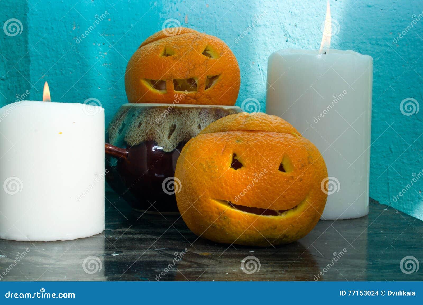 Oranges avec les visages découpés
