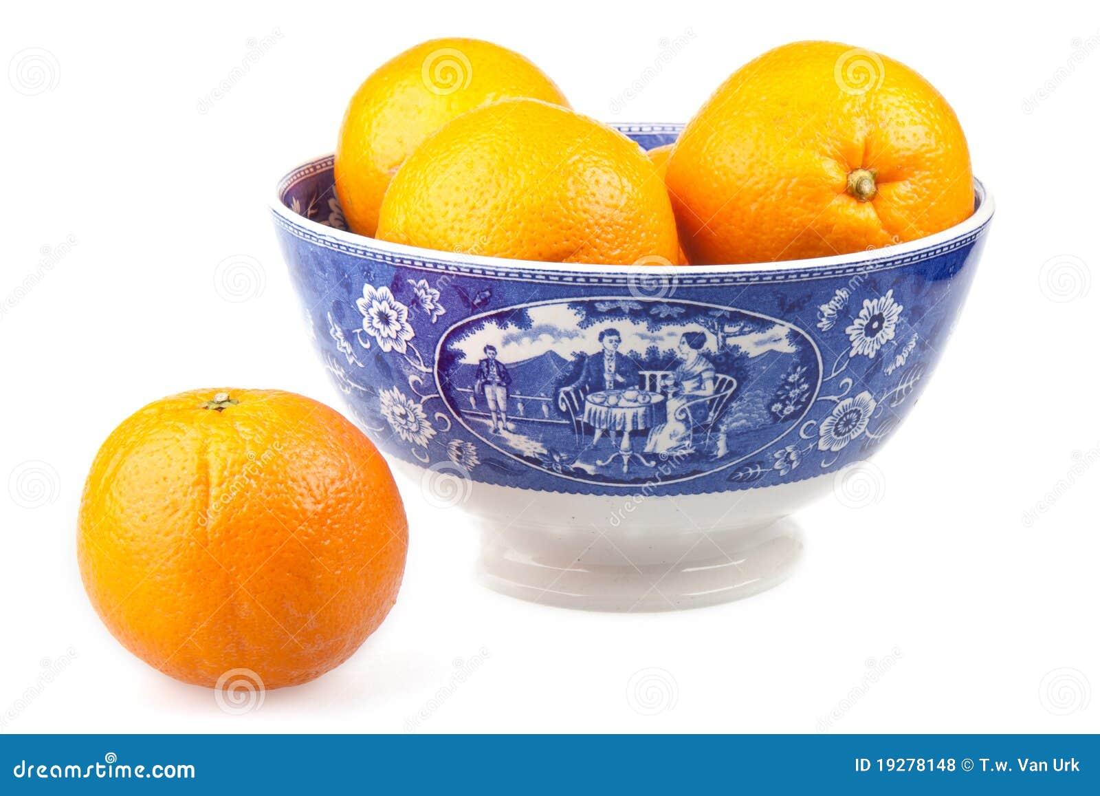 Oranges dans une cuvette peinte à la main antique