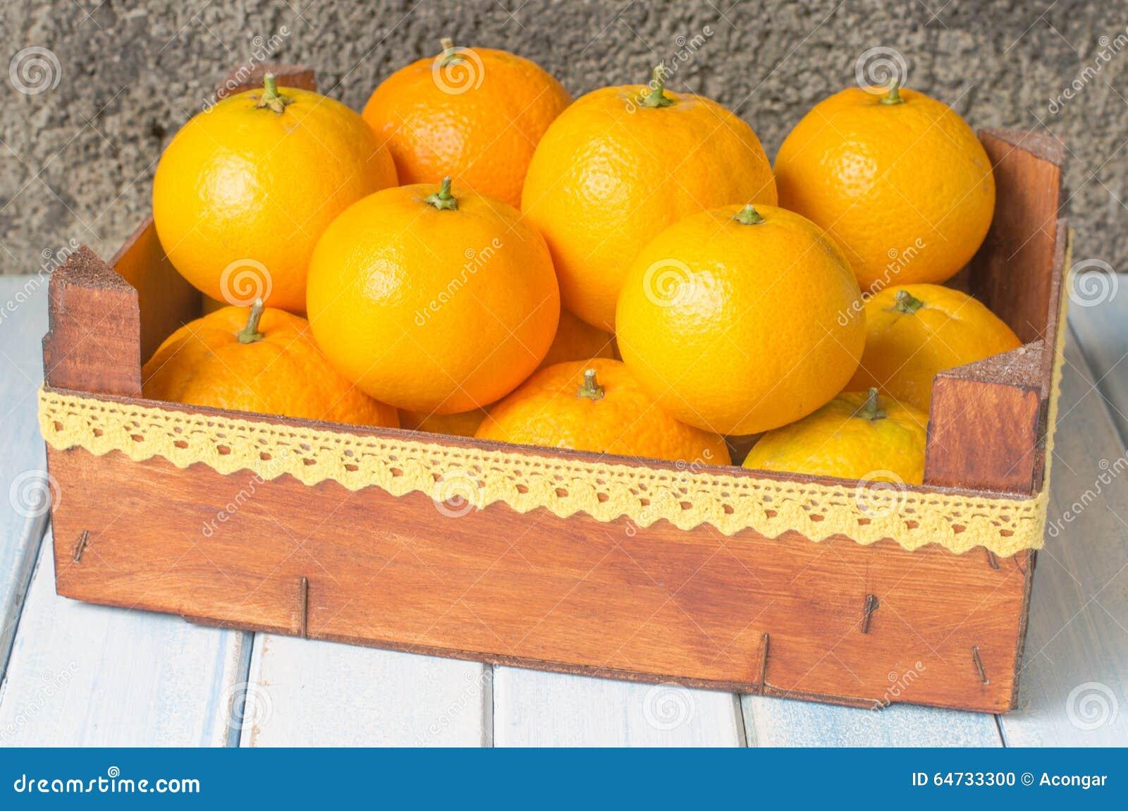 Oranges fraîches dans la boîte en bois