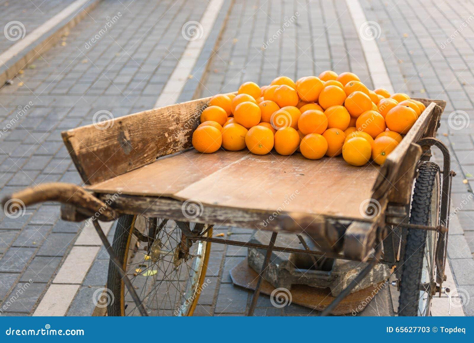 Oranges fraîches sur le chariot en bois de vintage