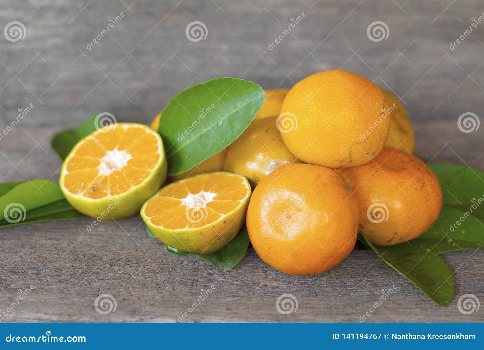 Oranges saines de fruit placées sur de vieux planchers en bois