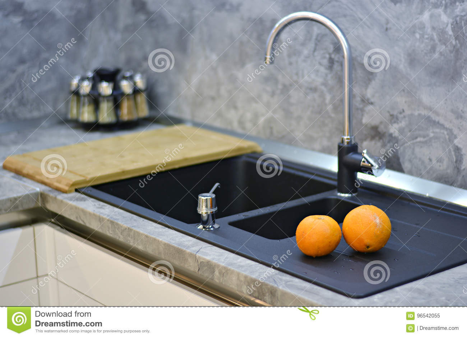 Oranges Sur Le Plan De Travail De Cuisine à L\'évier Image ...