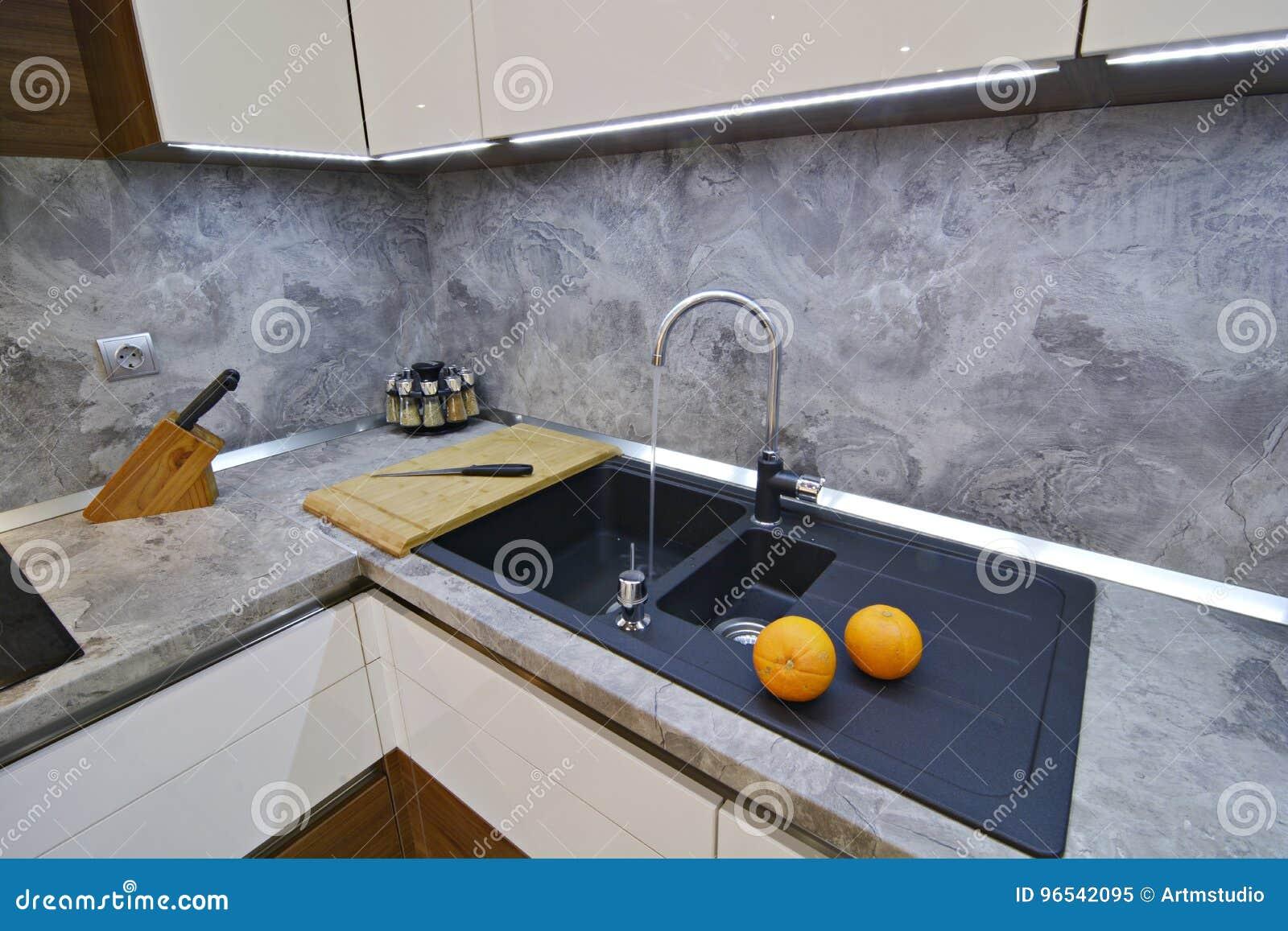 Oranges Sur Le Plan De Travail De Cuisine à L\'évier Image stock ...