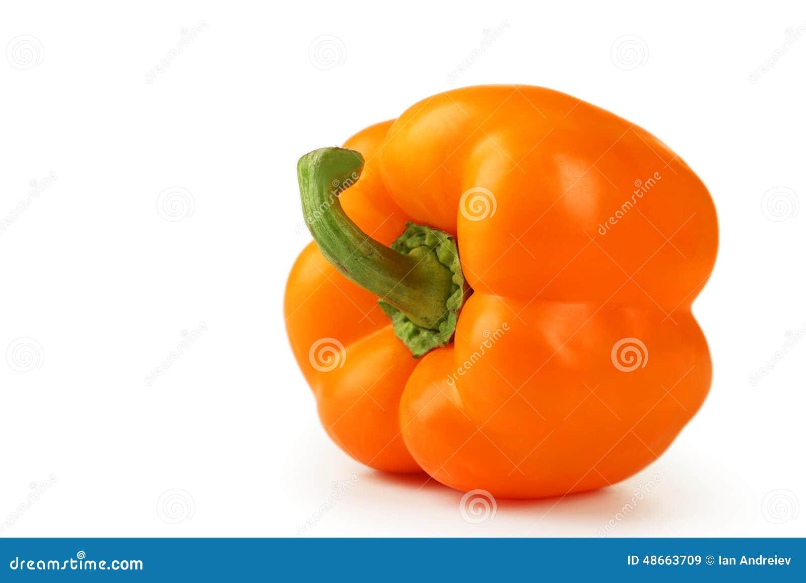 Oranje die peper op een wit wordt geïsoleerd