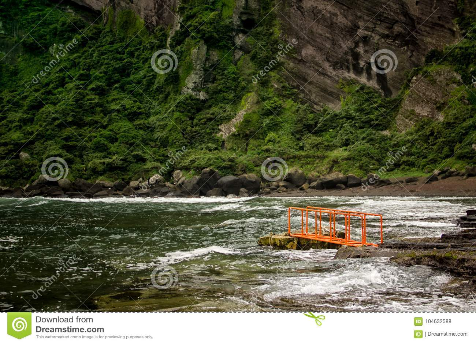 Download Oranje Dok In De Baai Dichtbij Zonsopgangpiek In Jeju, Zuid-Korea Stock Foto - Afbeelding bestaande uit piek, oceaan: 104632588
