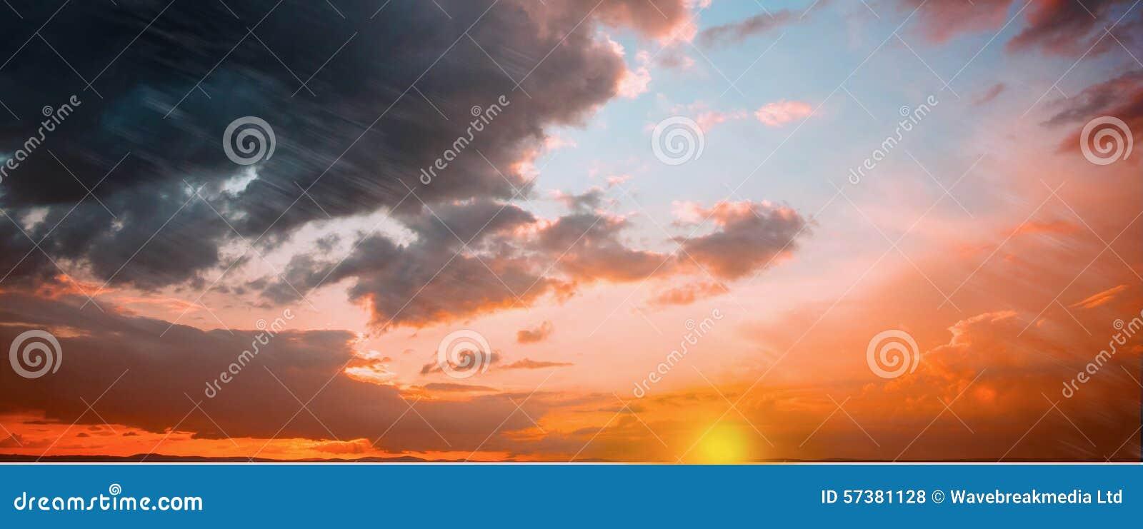 Oranje en blauwe hemel met wolken