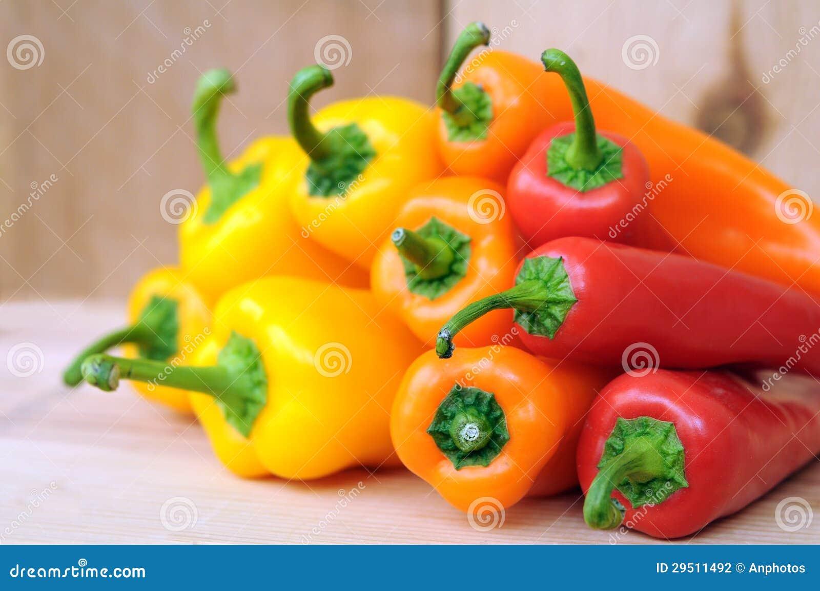 Oranje, gele en rode groene paprika s