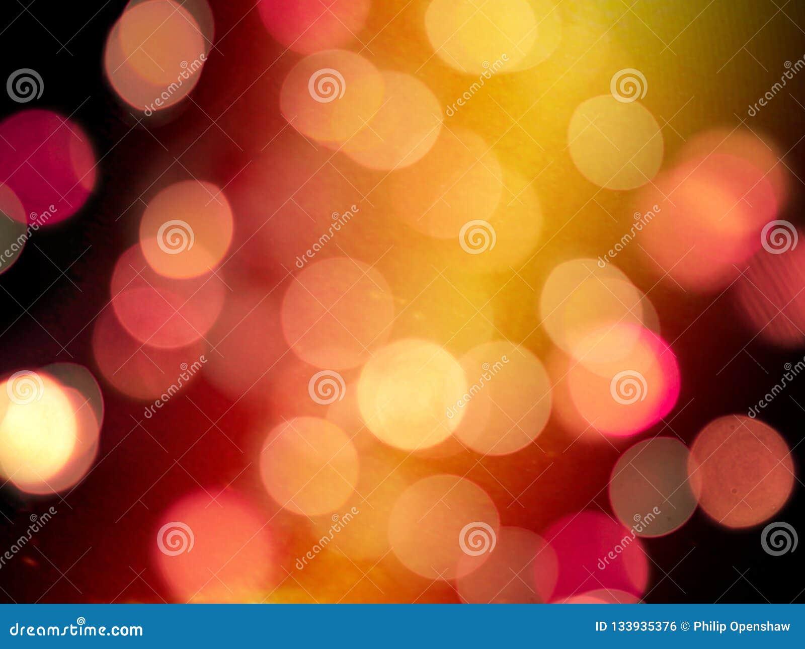 Oranje gloed op een donkere nachtachtergrond met het gloeien rood vaag om lichten