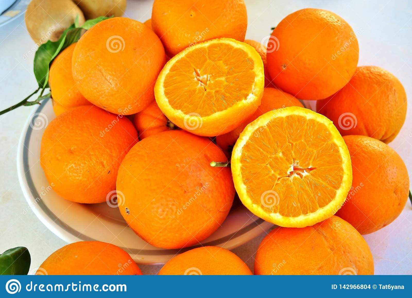 Oranje grote rijpe sinaasappelen, gezond vitaminesap