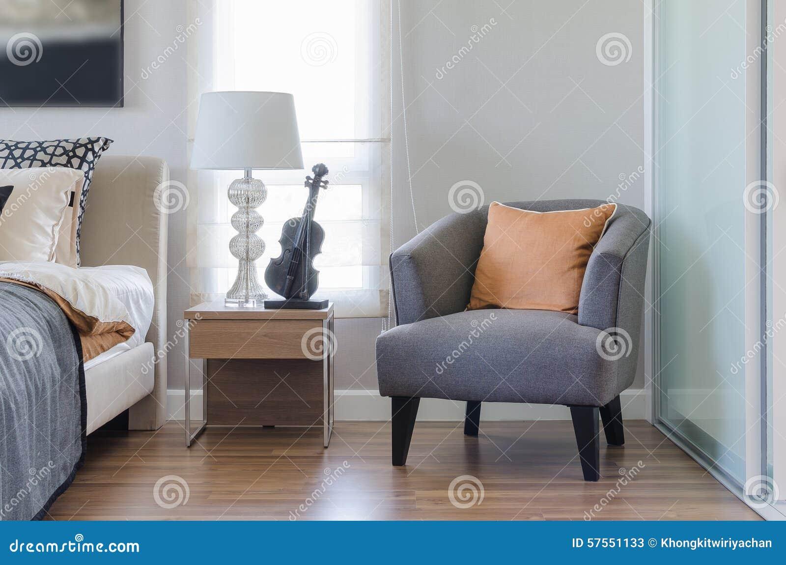 moderne slaapkamer met oranje hoofdkussen op grijs stoel en bed, Meubels Ideeën