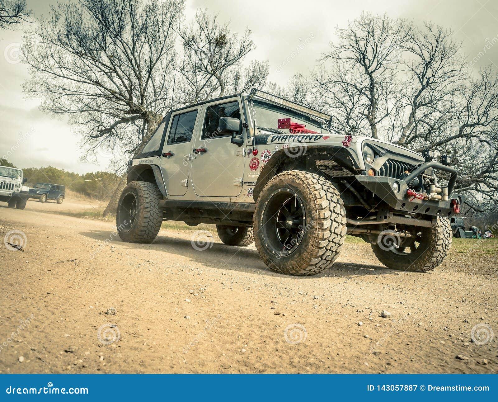 Oranje Jeep Rock Crawling