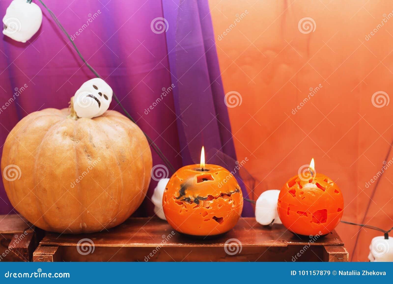Pompoen En Halloween.Oranje Kaarsen En Halloween Pompoen Op Geweven Oppervlakte