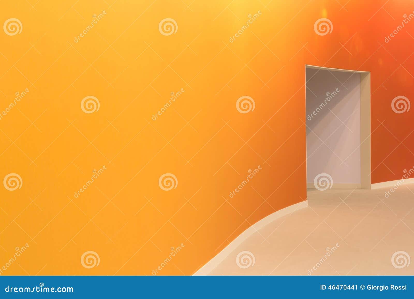 Oranje muur en open ingang in een lege moderne ruimte stock