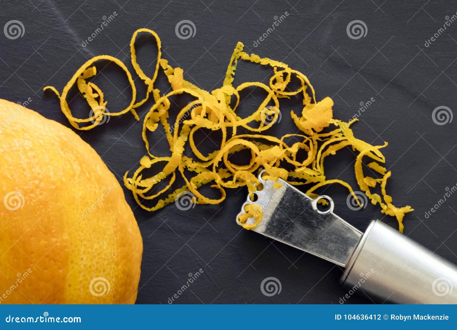 Download Oranje Schil En De Hoogste Mening Van Zester Over Donkere Lei Stock Foto - Afbeelding bestaande uit sinaasappel, citrusvrucht: 104636412