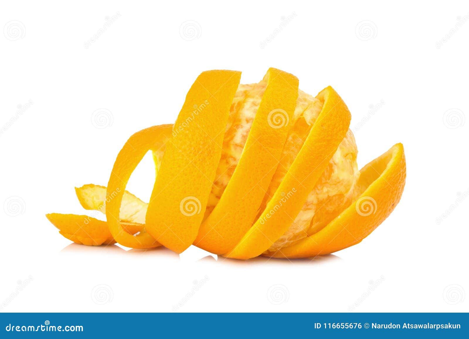 Oranje spiraalvormige die schil op witte achtergrond wordt geïsoleerd