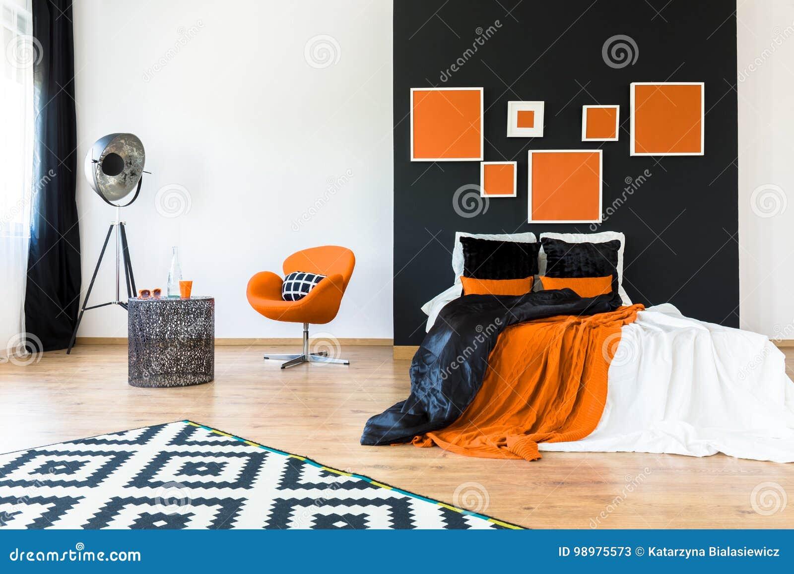 Stoel Voor Op Slaapkamer.Oranje Stoel In Retro Slaapkamer Stock Afbeelding Afbeelding