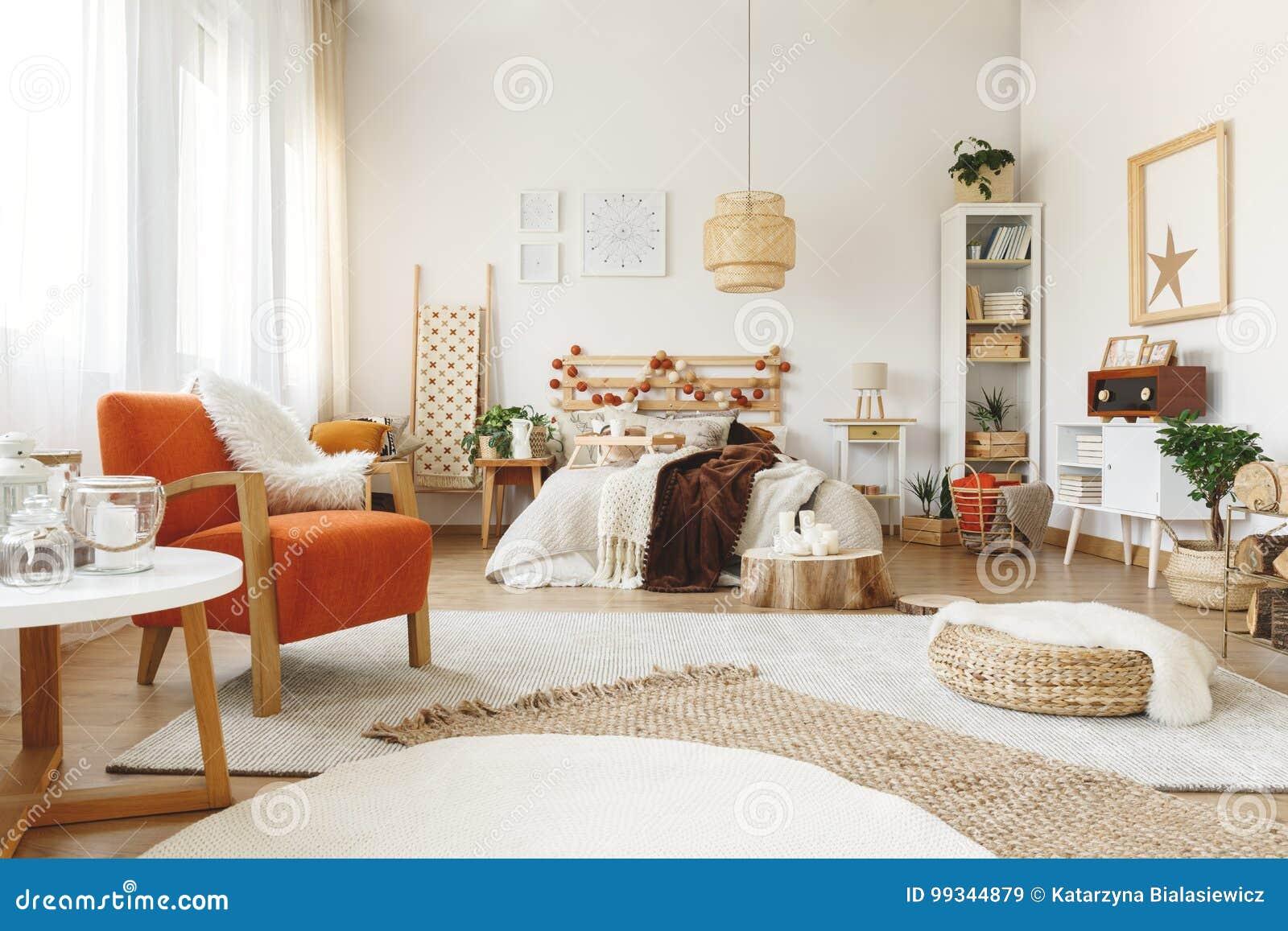oranje stoel in slaapkamer