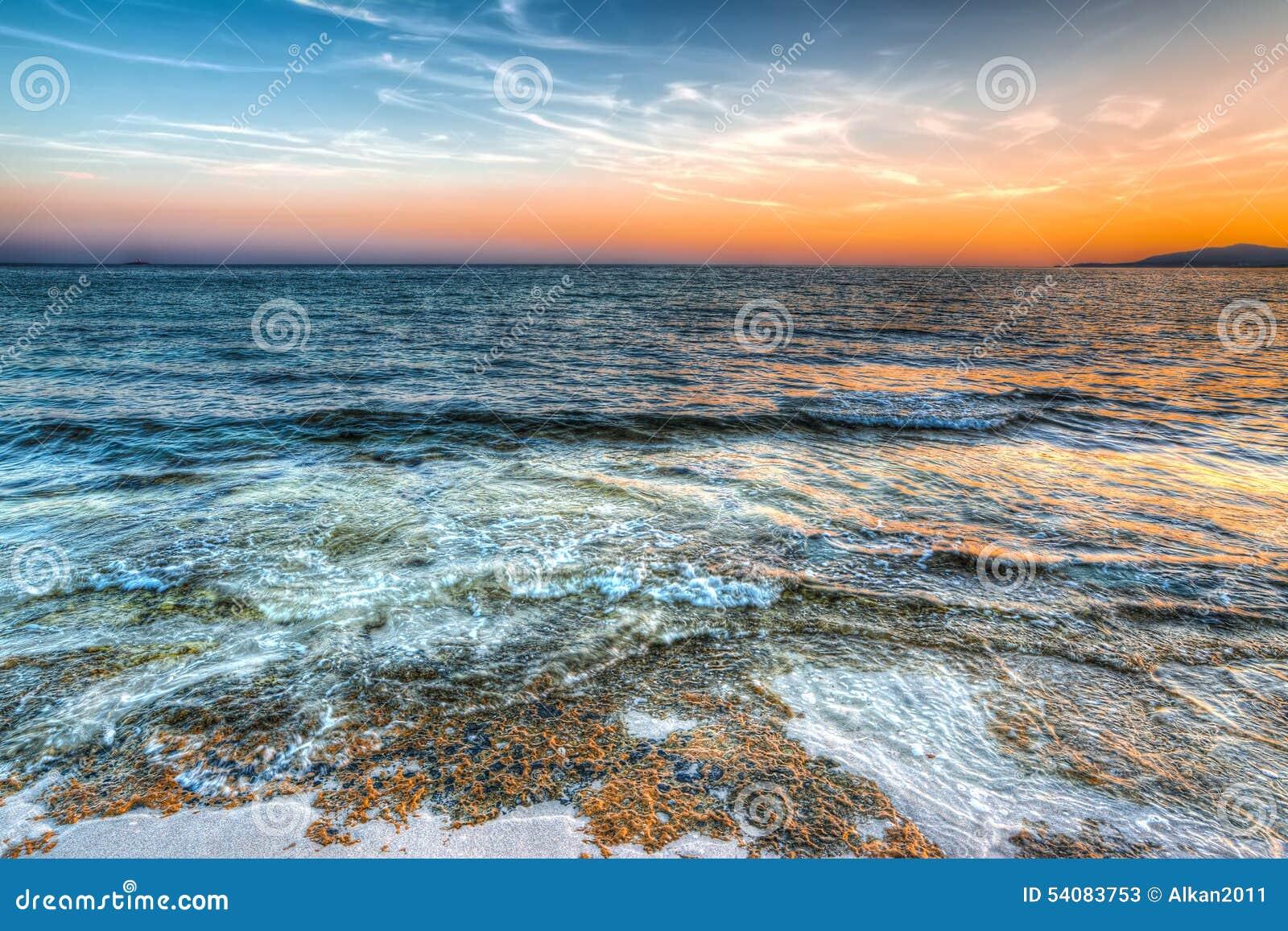 Oranje zonsondergang in Maria Pia-strand