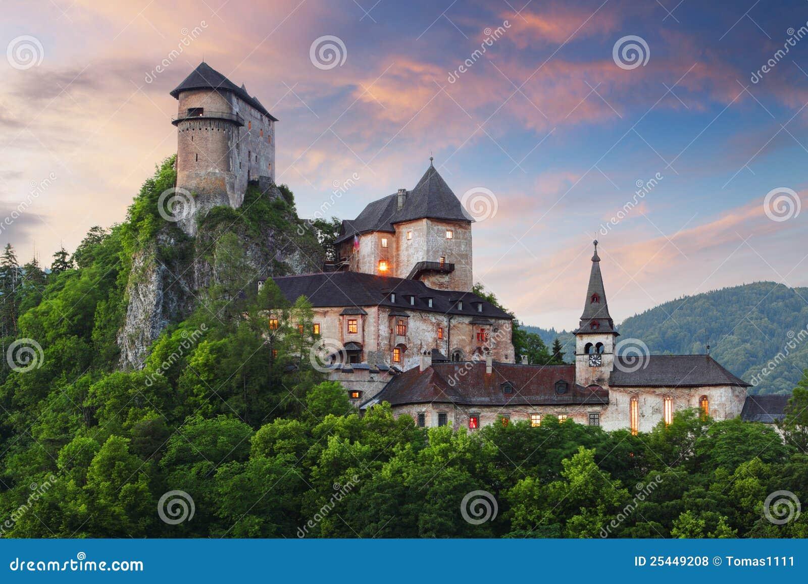 Oravsky slovakia för slotthrad solnedgång