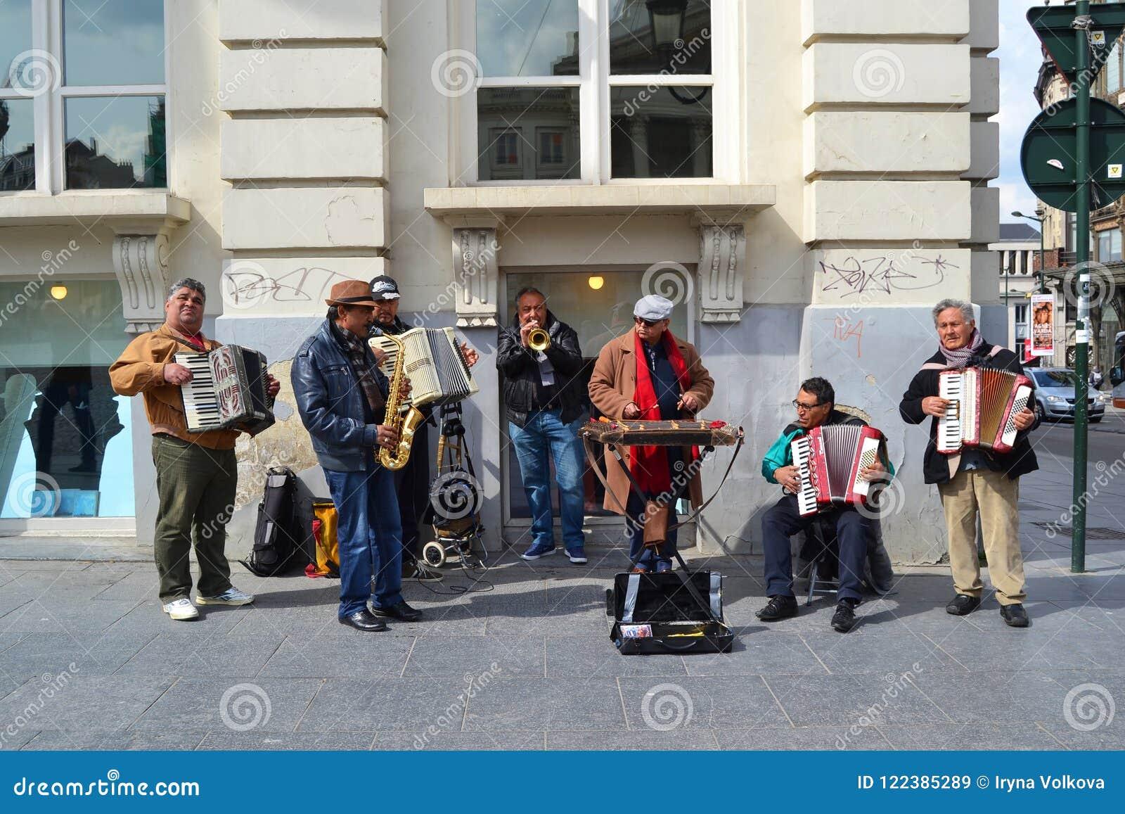 Orchestre musical de rue des hommes âgés par milieu