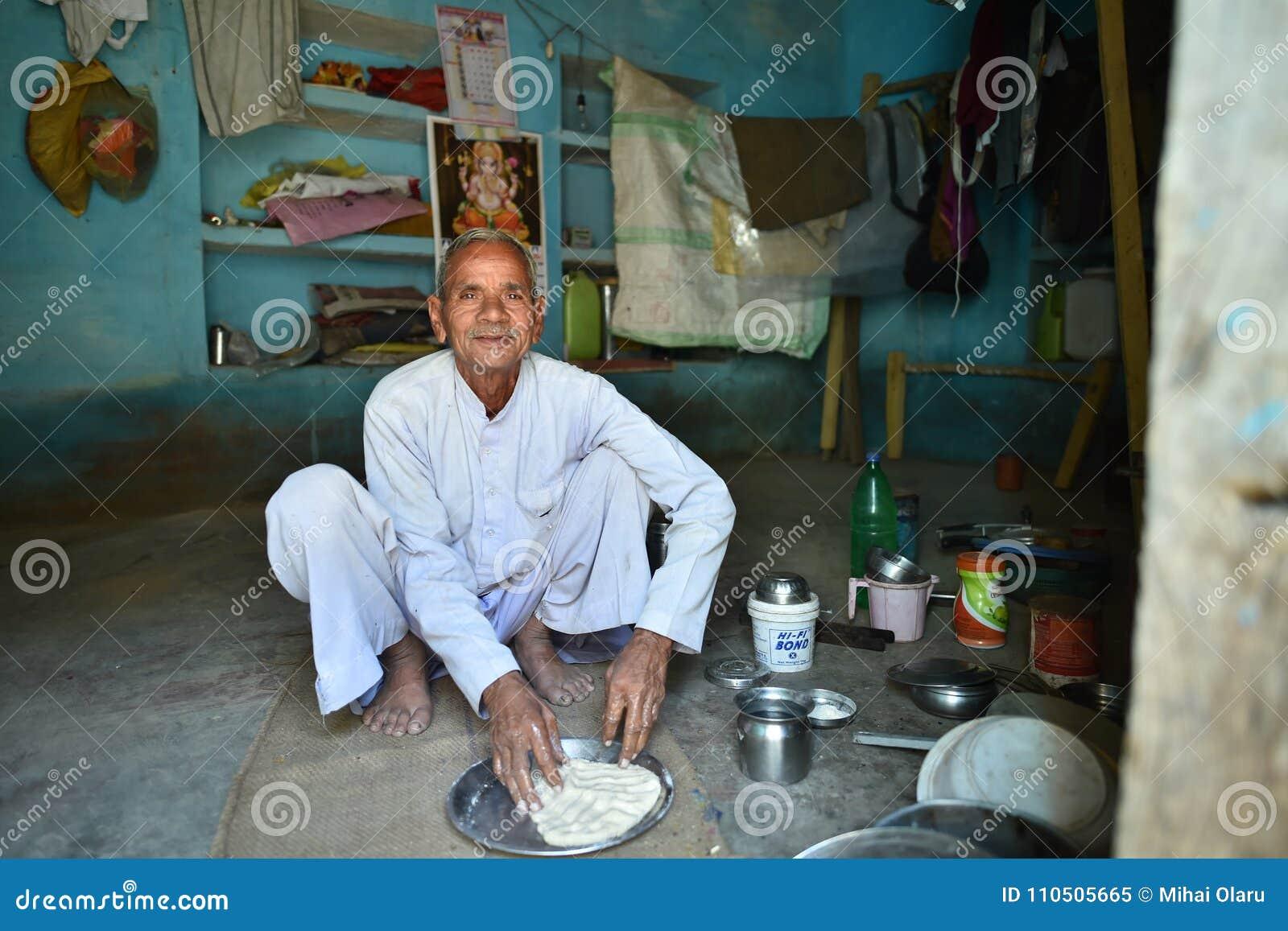 Orchha, Índia, o 28 de novembro de 2017: Homem que cozinha em casa