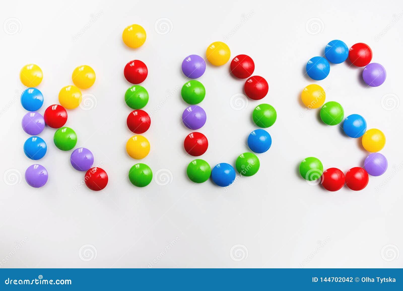 Ord av UNGAR som formas av färgrika tegelstenbarns leksaker