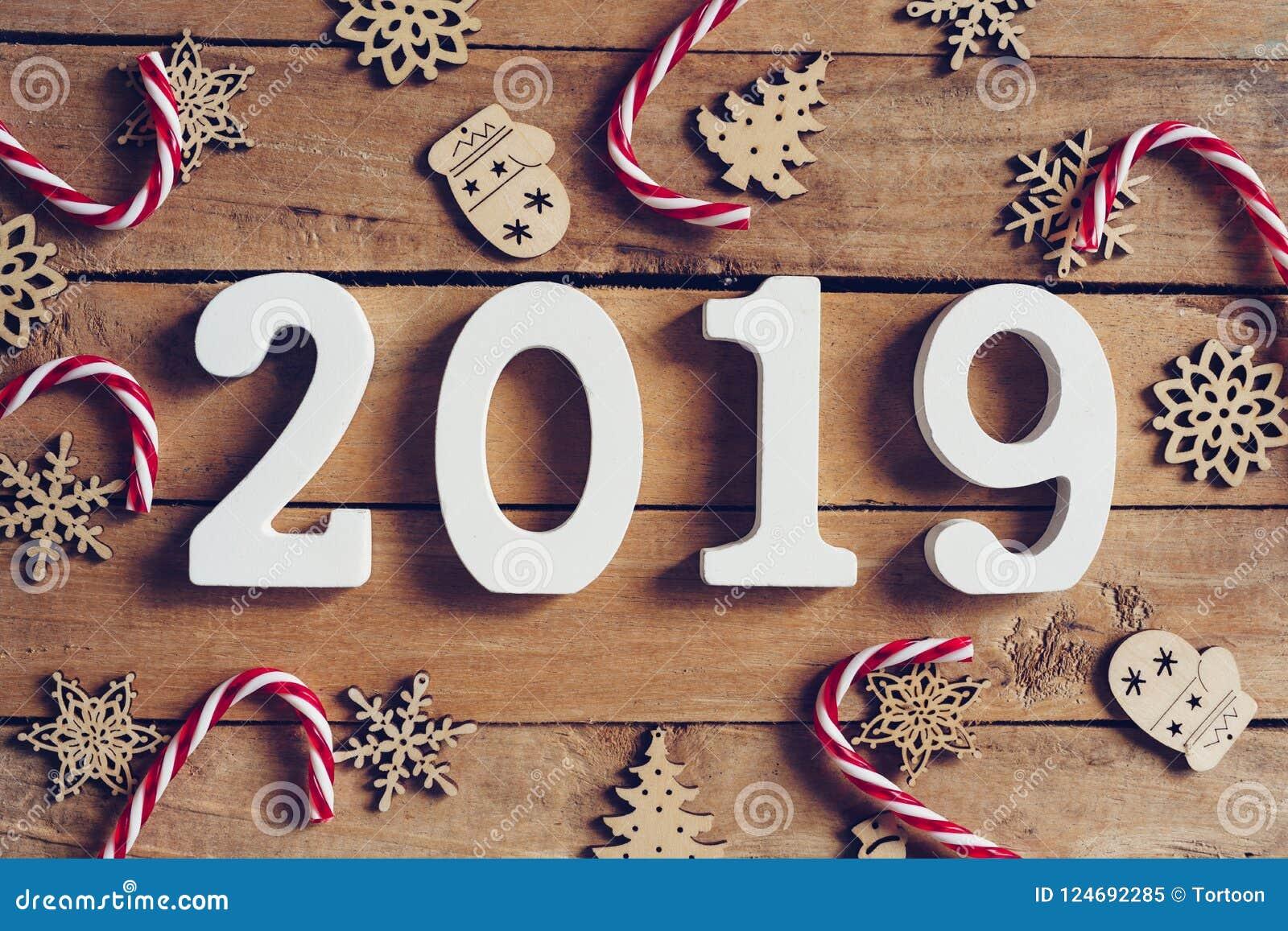 Ord för nytt år 2019 och julgarnering på trätabellen buss