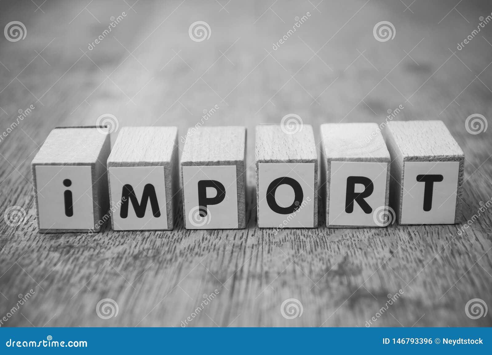 Ord på träkuben på träskrivbordbakgrundsbegreppet - import
