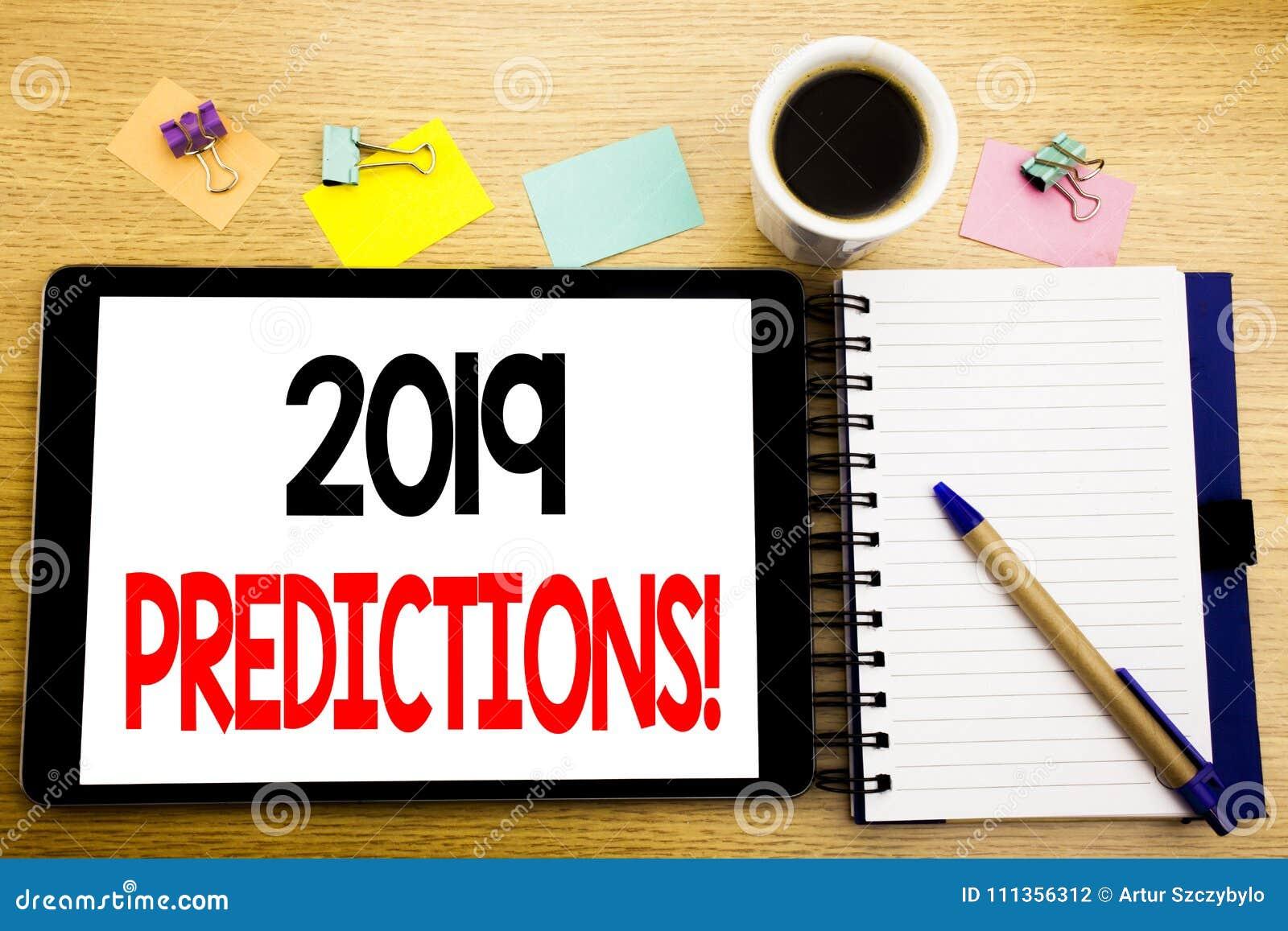 Ord som skriver 2019 förutsägelser Affärsidé för Predictive skriftligt för prognos på minnestavlabärbara datorn, träbakgrund med