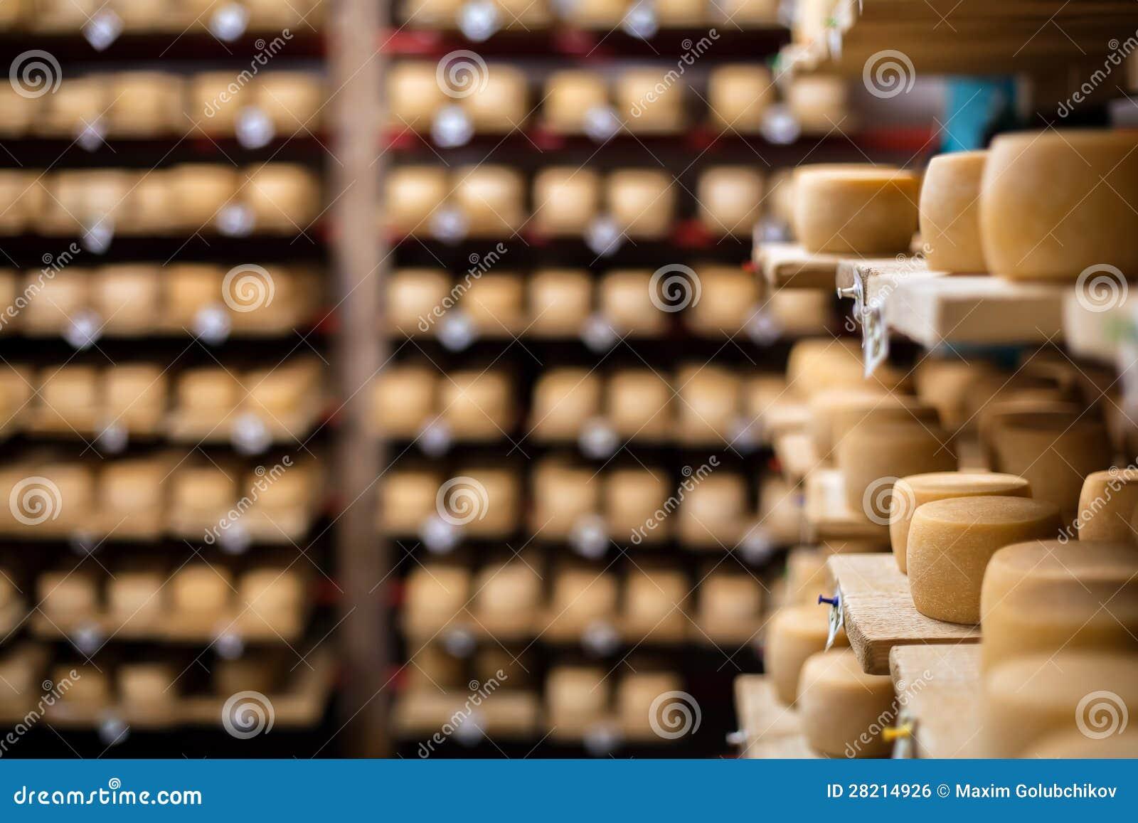 Ordeñe el queso en los estantes