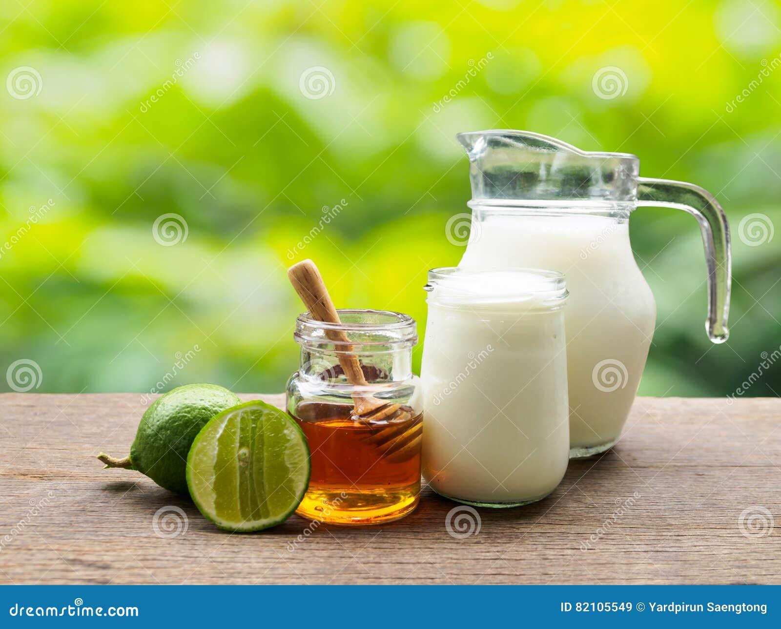 Ordeñe la miel de la cal y el ingrediente del yogur para los dos puntos del detox que beben i