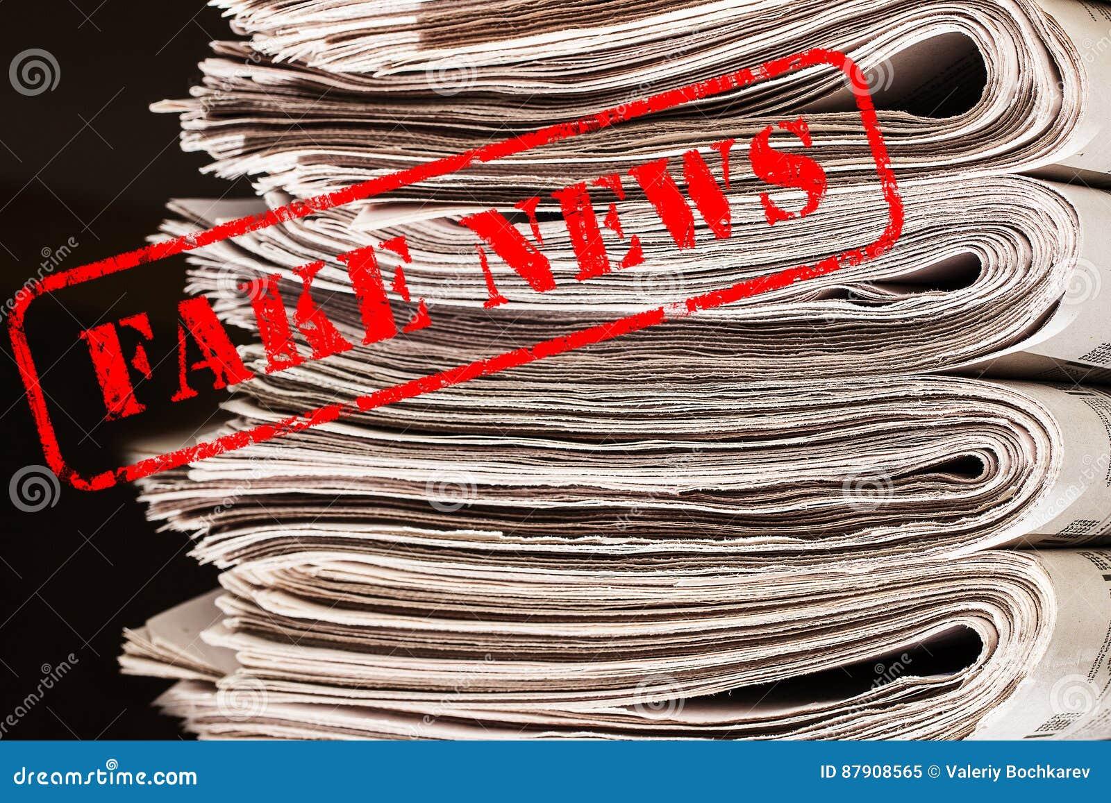 Orden fejkar nyheterna i röd text på tidningar